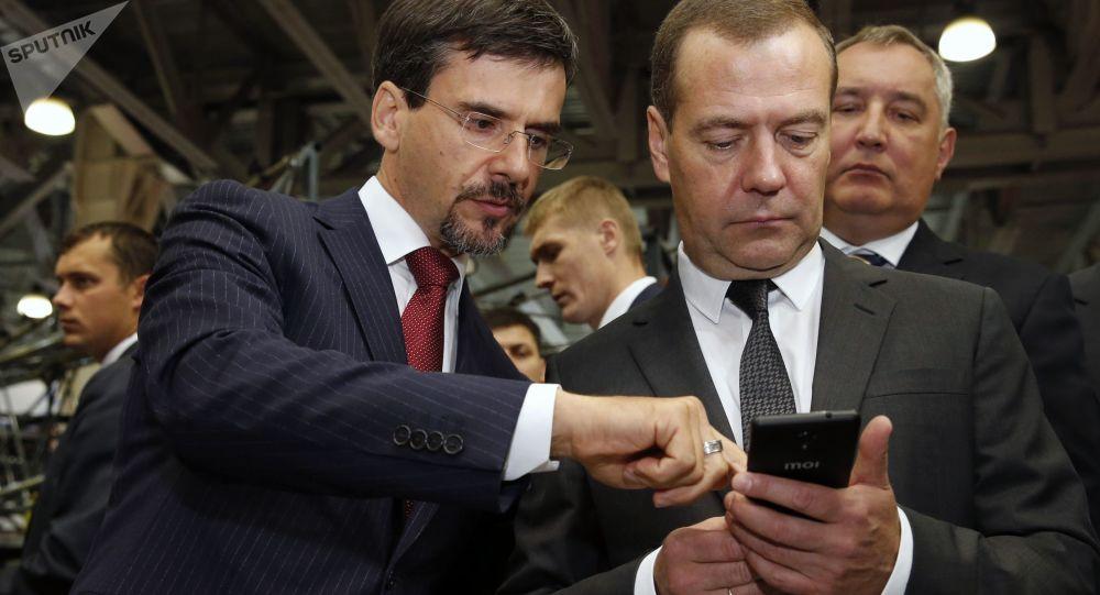 Rosyjski premier Dmitrij Miedwiediew w czasie oglądania ekspozycji III Międzynarodowej Wystawy Zastępowanie Importu
