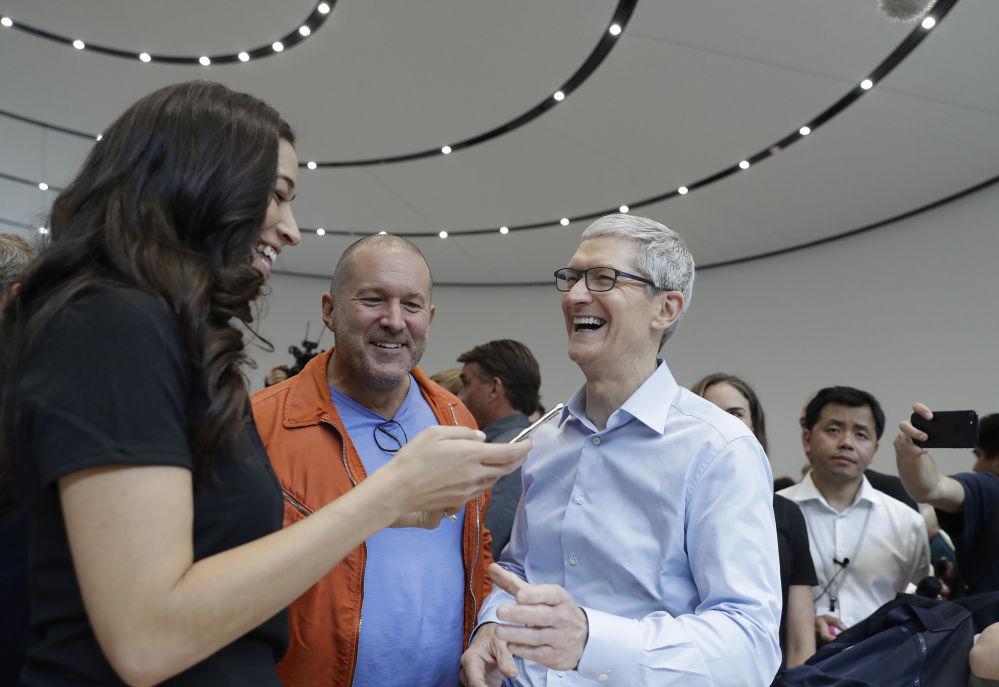 Dyrektor generalny Apple - Tim Cook podczas prezentacji  iPhone X w Kalifornii