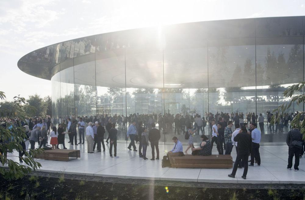 Goście nowej siedziby firmy Apple w Kalifornii