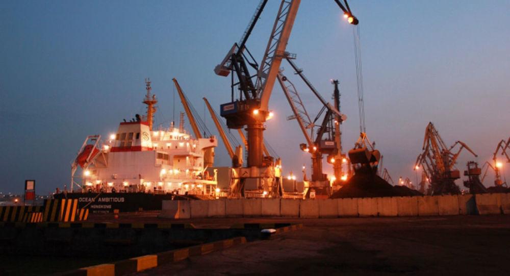 Okręt Ocean Ambitious z amerykańskim węglem w porcie w Odessie