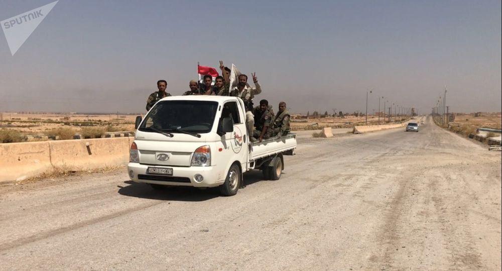 Syryjskie wojska na wjeździe do Dajr az-Zaur
