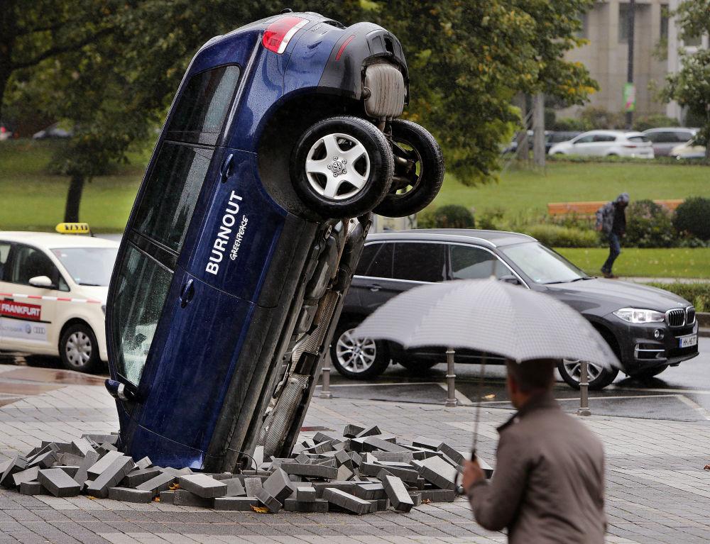 Przewrócony samochód Volkswagen Touareg naprzeciw Międzynarodowego Salonu Motoryzacyjnego we Frankfurcie
