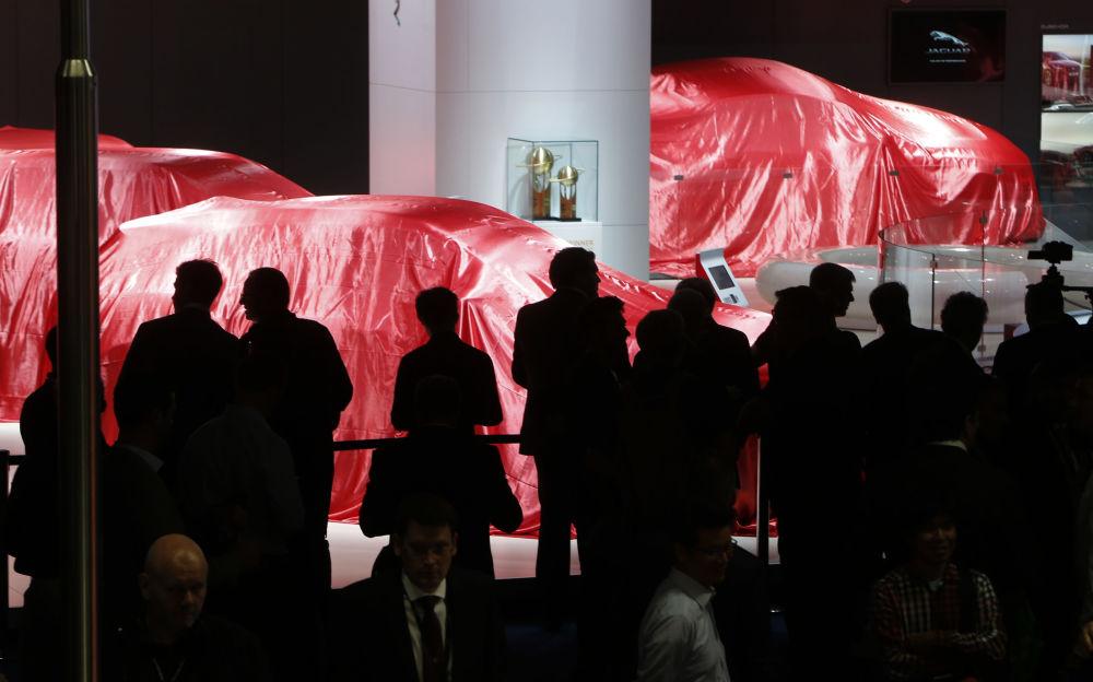 Goście oczekują prezentacji Ferrari na Międzynarodowym Salonie Motoryzacyjnym we Frankfurcie