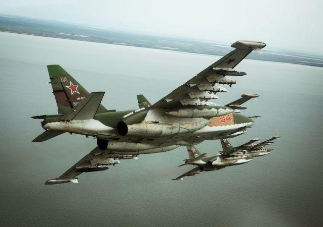 Samoloty szturmowe Su-25SM3 w czasie specjalnego szkolenia załogi w Primorsko-Achtarsku