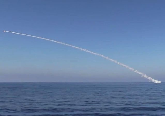 Wystrzelenie rakiety manewrującej Kaliber w obiekty Państwa Islamskiego w Syrii