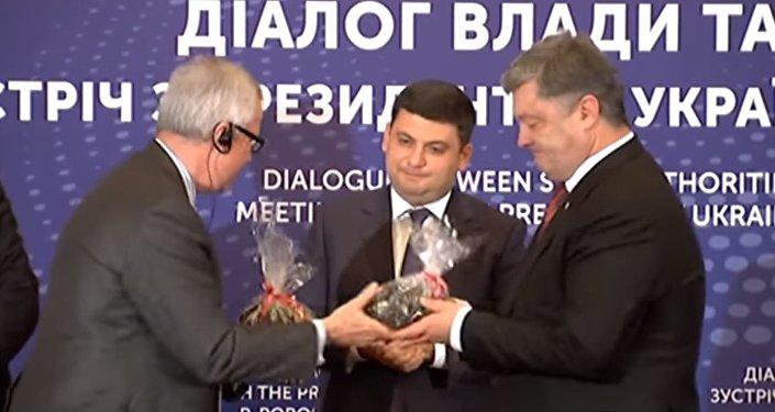 Poroszenko otrzymał w prezencie torbę z amerykańskim węglem