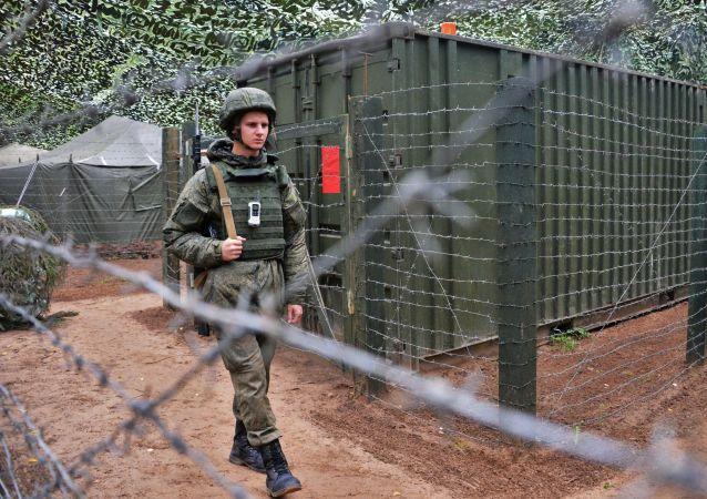 Wojskowy w obozie polowym podczas wspólnych ćwiczeń strategicznych rosyjskich sił zbrojnych Rosji i Białorusi na poligonie Łużski w obwodzie leningradzkim