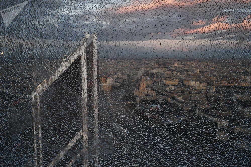 """Rozbite okno 89 piętra Wieży Federacja Wschód centrum biznesowego """"Moskwa-City"""", gdzie budowana jest najwyższa platforma widokowa w Europie"""