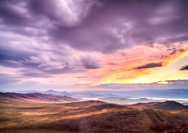 Zachód słońca na wyspie Olchon. Widok na cieśninę Małe Morze nad Bajkałem.