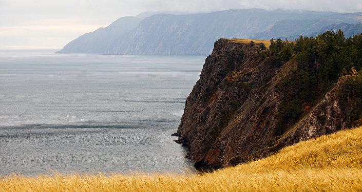Widok na Bajkał z wyspy Olchon.
