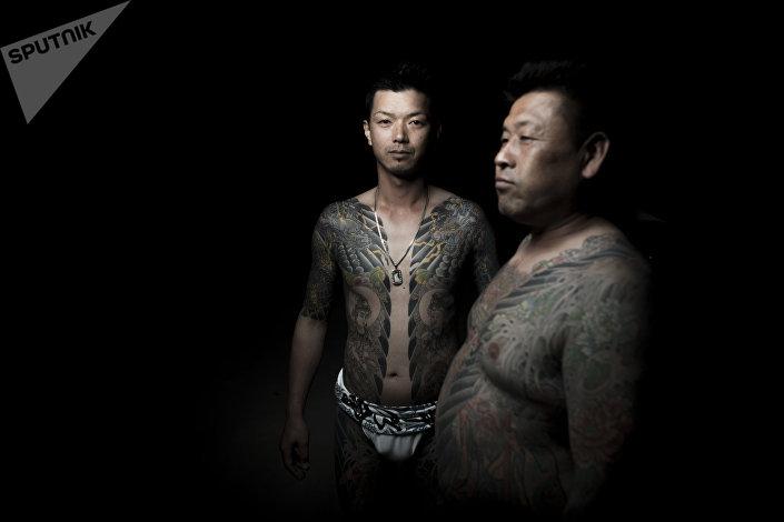 Mężczyźni z tradycyjnym tatuażem yakuza Yrezumi na festiwalu Sanja Matsuri w Tokio.