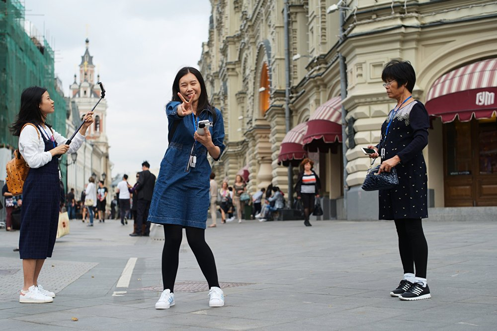 Turyści spacerują ulicą Nikolską.