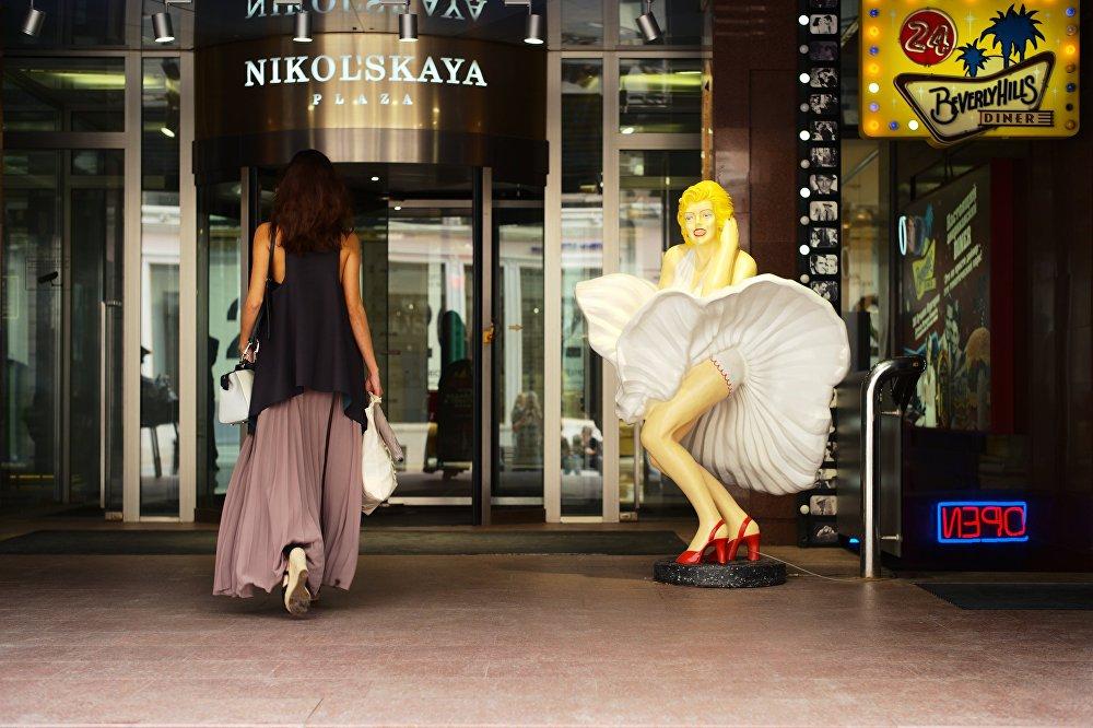 Wejście do Centrum Handlowo-Biurowego Nikolskaja Plaza znajdującego się przy ulicy Nikolskiej w Moskwie.