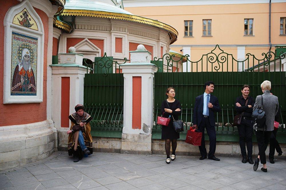 Przechodnie przy Soborze Kazańskiej Ikony Matki Bożej w Moskwie.