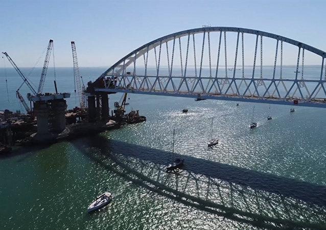 Uczestnicy regat przepłynęli pod łukiem Mostu Kerczeńskiego