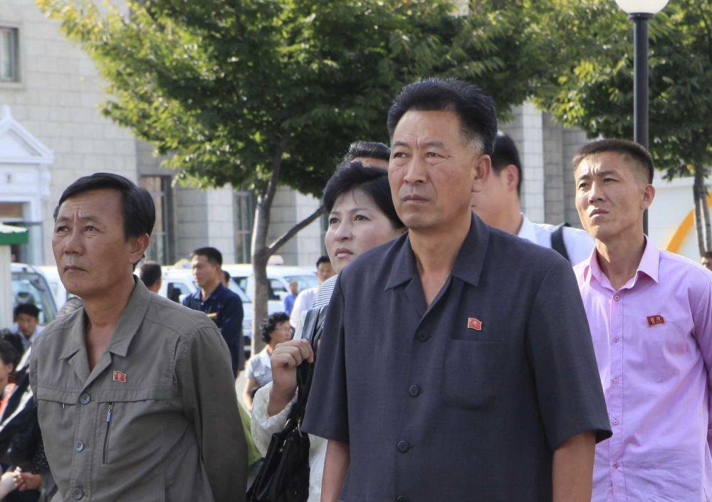 Mieszkańcy oglądają transmisję wystrzału rakiety balistycznej Hwasong-12
