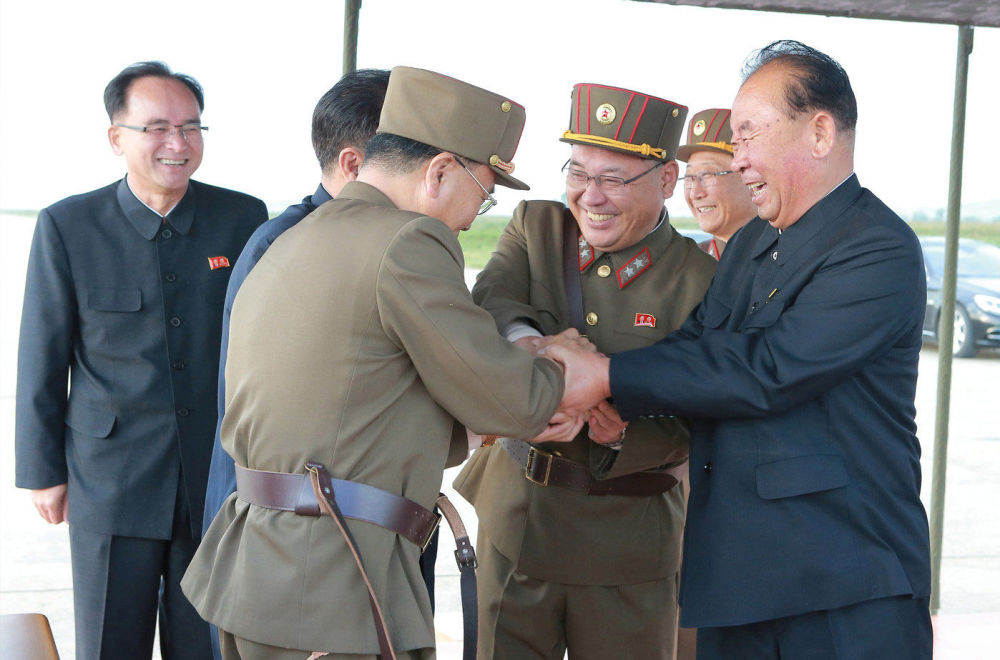 Radość z wystrzału rakiety balistycznej Hwasong-12