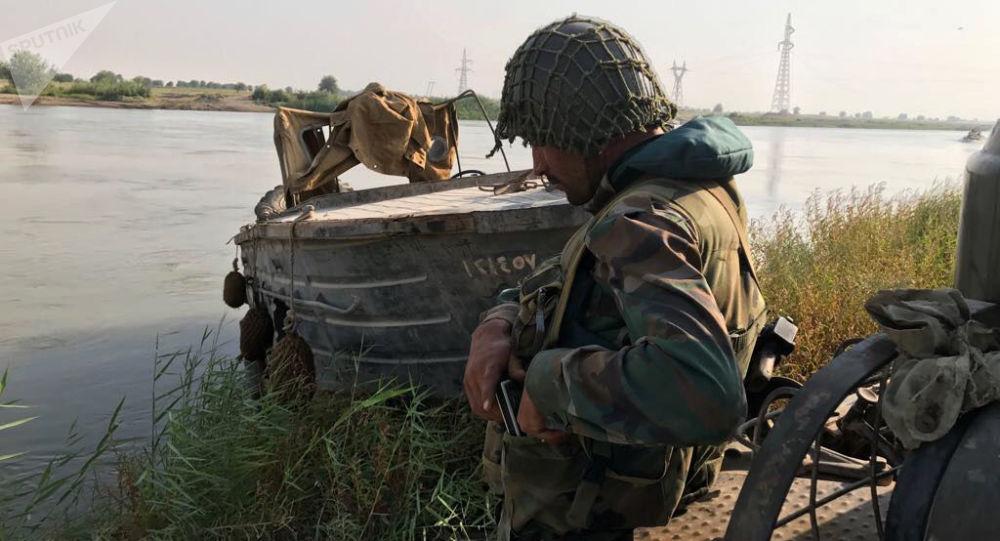 Żołnierz syryjskiej armii szykujący się do sforsowania rzeki Eufrat, niedaleko Dajr az-Zaur