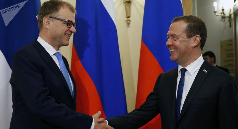 Premier Finlandii Juha Sipila i premier Rosji Dmitrij Miedwiediew w czasie spotkania w Petersburgu