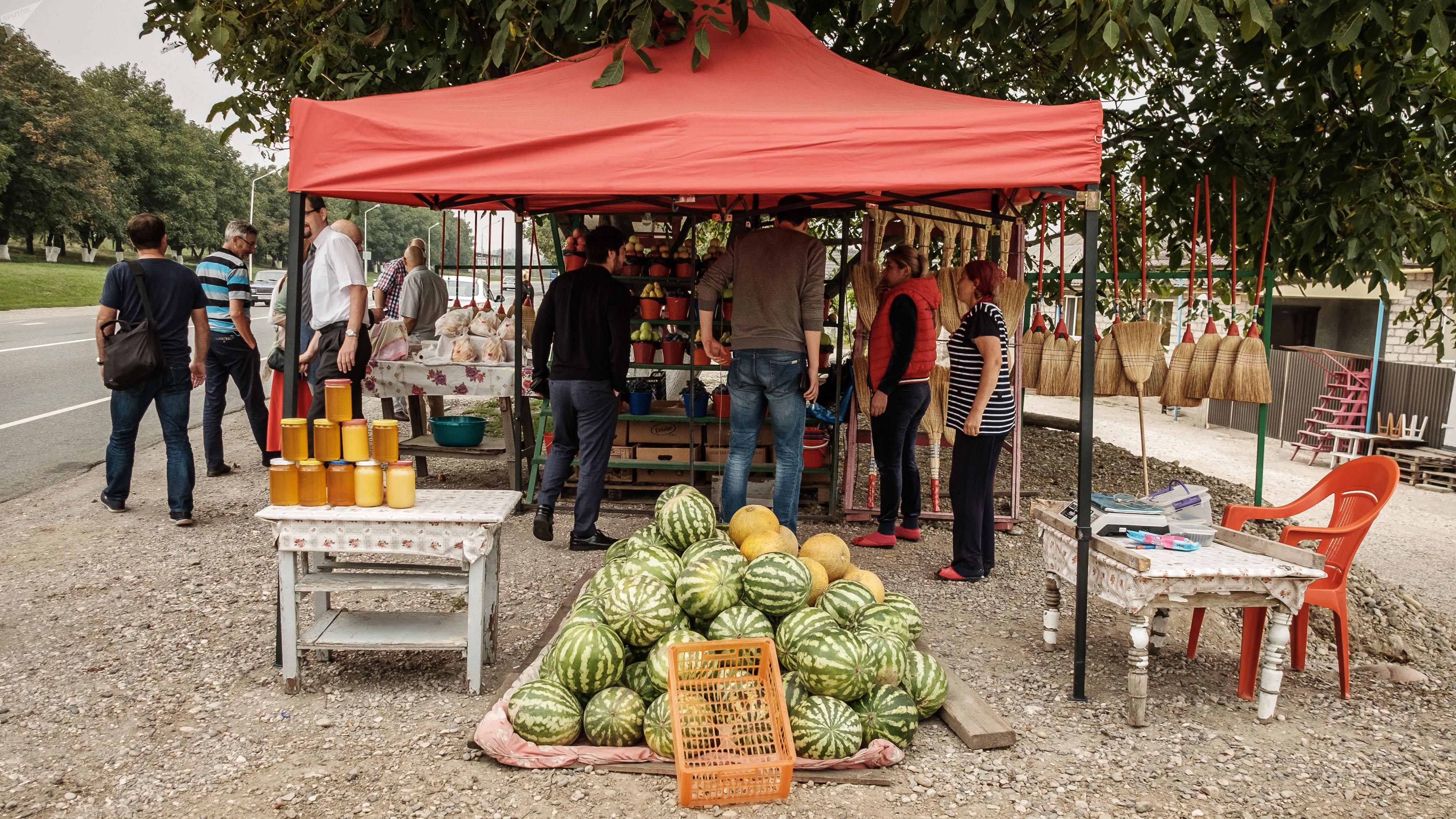Kabardo-Bałkaria: sprzedaż owoców przy drodze