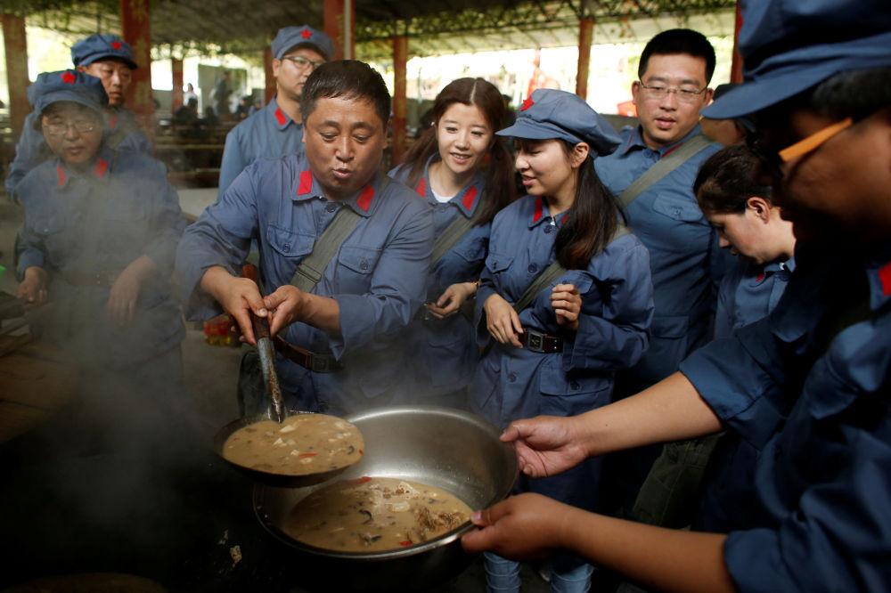 Uczestnicy rekonstrukcji Długiego Marszu Chińskiej Armii Czerwonej w prowincji Jiangxi