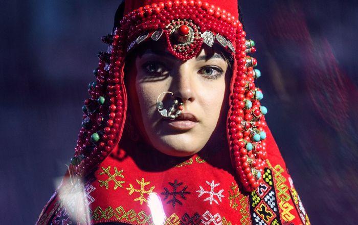 Modelka demonstruje odzież z nowej kolekcji Ajzady Nurumbetowej.