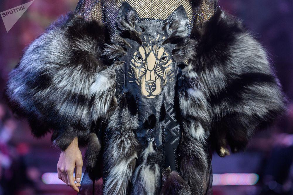 Modelka demonstruje ubrania z nowej kolekcji Anżeliki Kirillicy.