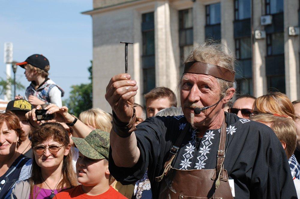 """Uczestnik XIX Festiwalu Sztuki Kowalskiej """"Park Wykutych Figur 2017""""."""