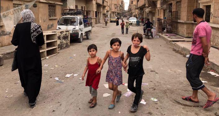 Mieszkańcy Dajr az-Zaur na jednej z ulic miasta