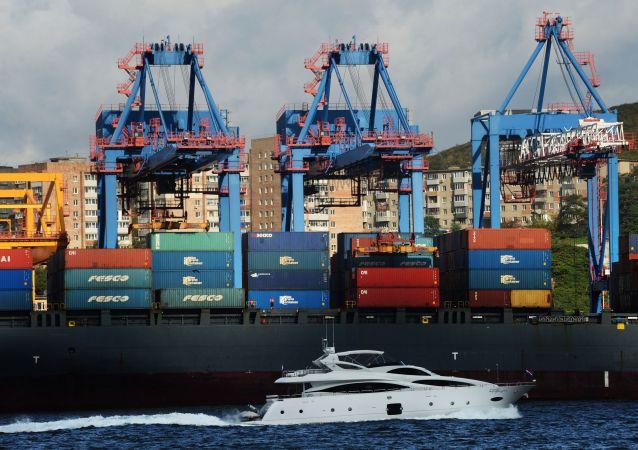 Kontenerowiec na molo Portu Handlowego Władywostok