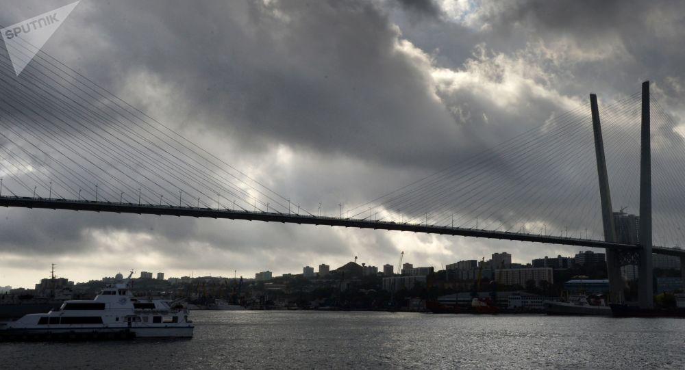 Wantowy most przez zatokę Złoty Róg we Władywostoku
