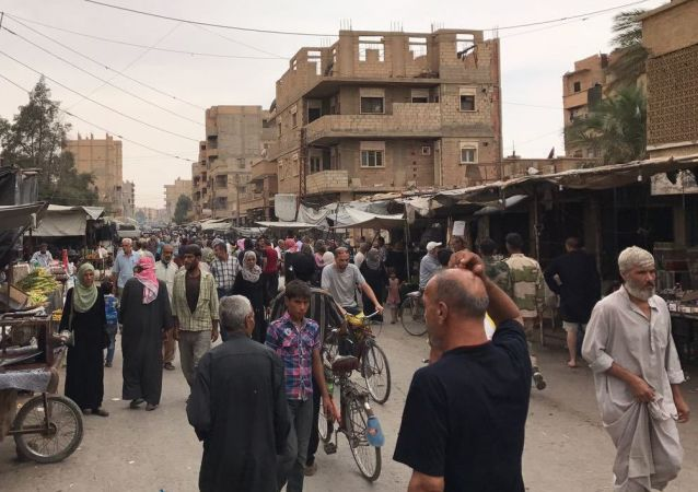 Mieszkańcy Dajr az-Zaur na jednej z miejskich ulic