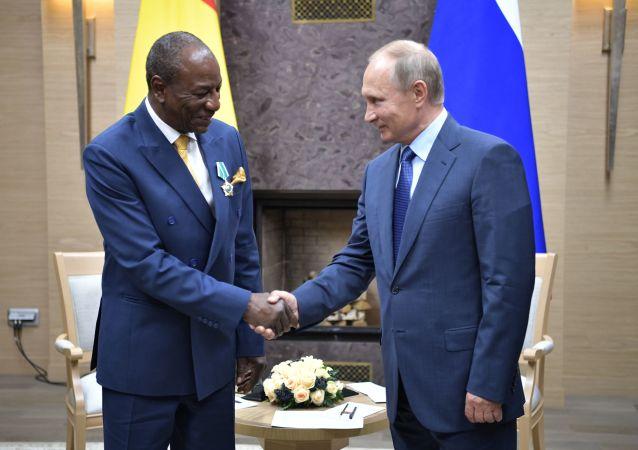 Prezydent Gwinei Alpha Condé i prezydent Rosji Władimir Putin