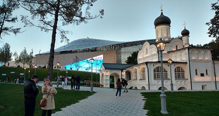Pod murami Kremla. Park Zariadje. Moskwa