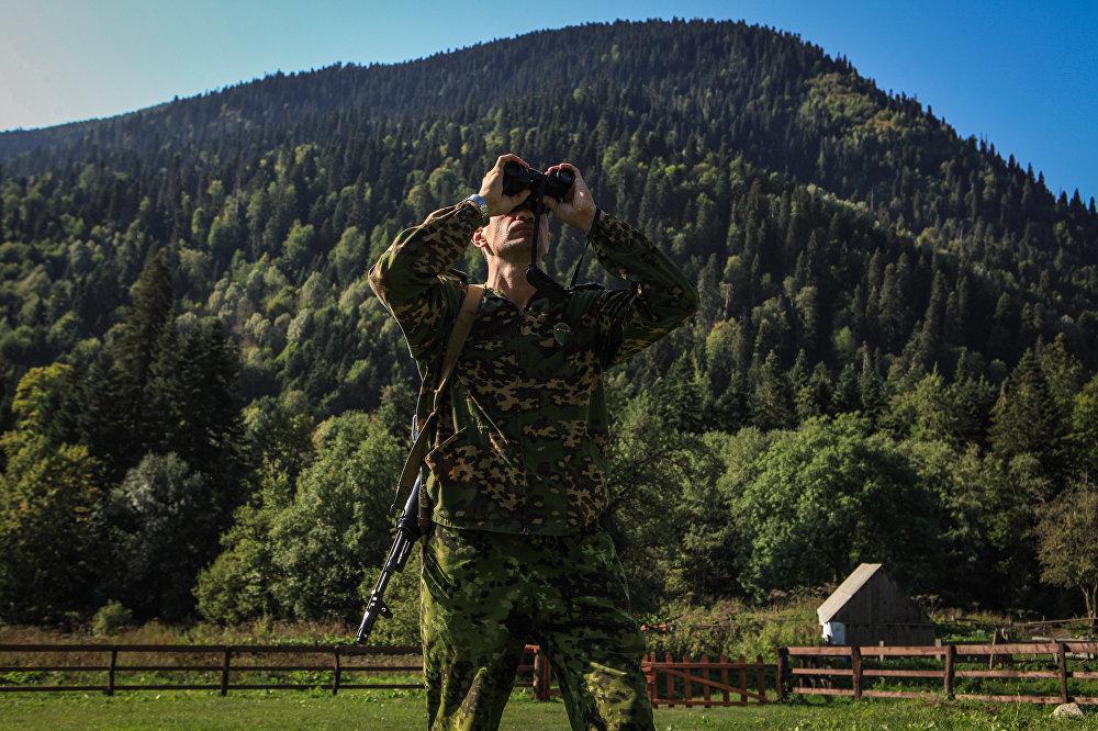 Inspektor państwowy na terenie wschodniej części Kaukaskiego Rezerwatu Biosfery (Republika Karaczajo-Czerkiesji).