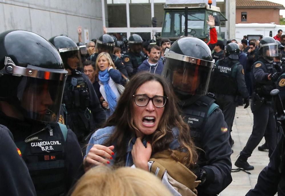 Policjanci przy lokalach wyborczych w Barcelonie podczas referendum w sprawie niepodległości Katalonii