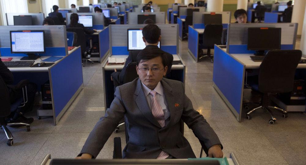 Studenci w pracowni komputerowej w Uniwersytecie im. Kim Ir Sena. Pjongjang, KRLD