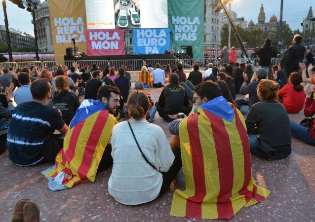 Uczestnicy referendum niepodległościowego w Katalonii czekają na wyniki głosowania