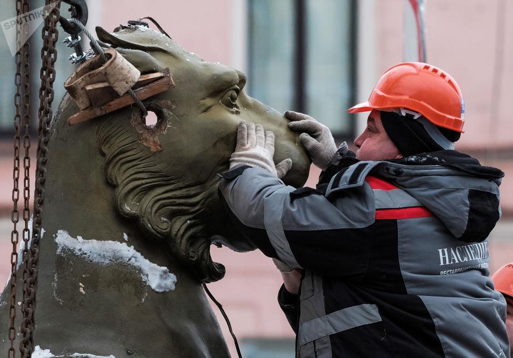 Demontaż rzeźby gryfów z Bankowskiego Mostu w Petersburgu (demontaż w celu wysłania ich do renowacji)