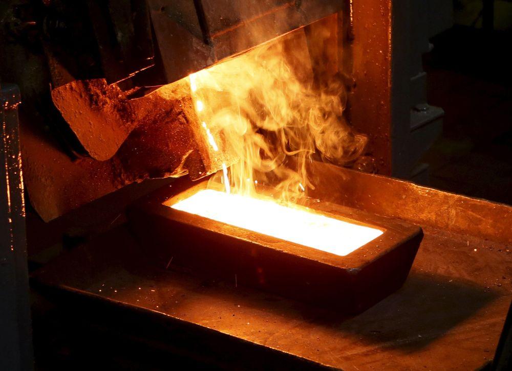 Odlewanie sztabek złota, wydobytego w kopalni Olimpiada na Wschodniej Syberii