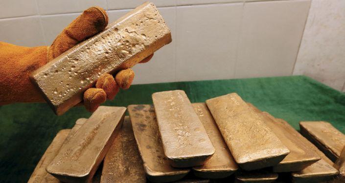 Sztabki złota, wydobytego w kopalni Olimpiada na Wschodniej Syberii