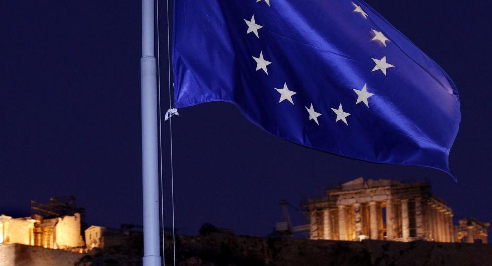 Flaga UE na tle greckiego Panteonu w Atenach