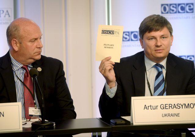 Szef kanadyjskiej delegacji Dean Allison oraz szef ukraińskiej delegacji Artur Gierasimow na konferencji prasowej podczas 24. sesji Zgromadzenia Parlamentarnego OBWE w Helsinkach