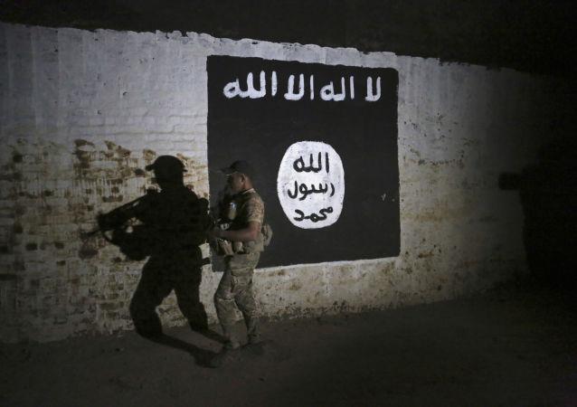 Żołnierz irackiej armii obok flagi zakazanej w Rosji organizacji Daesh
