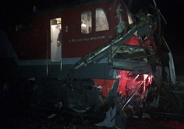 W zderzeniu autokaru z pociągiem w obwodzie włodzimierskim zginęło 19 osób.