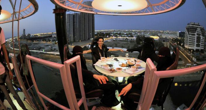 ... Jeść kolację w restauracji w męskim towarzystwie