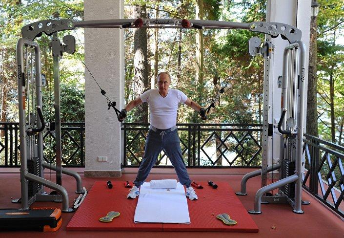 Władimir Putin na treningu w siłowni, Soczi, 03.10.2017 r.