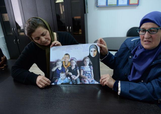 Kobiety szukające swoich krewnych Fatima Atagajewa i Petimat Sałamowa