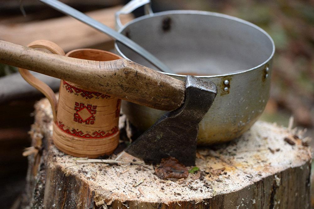 Kubek z kwasem na pniu w świętym gaju.
