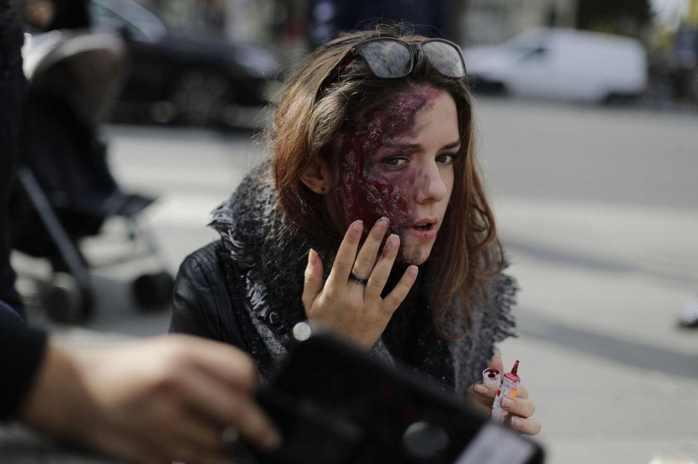 Uczestniczka marszu zombie w Paryżu